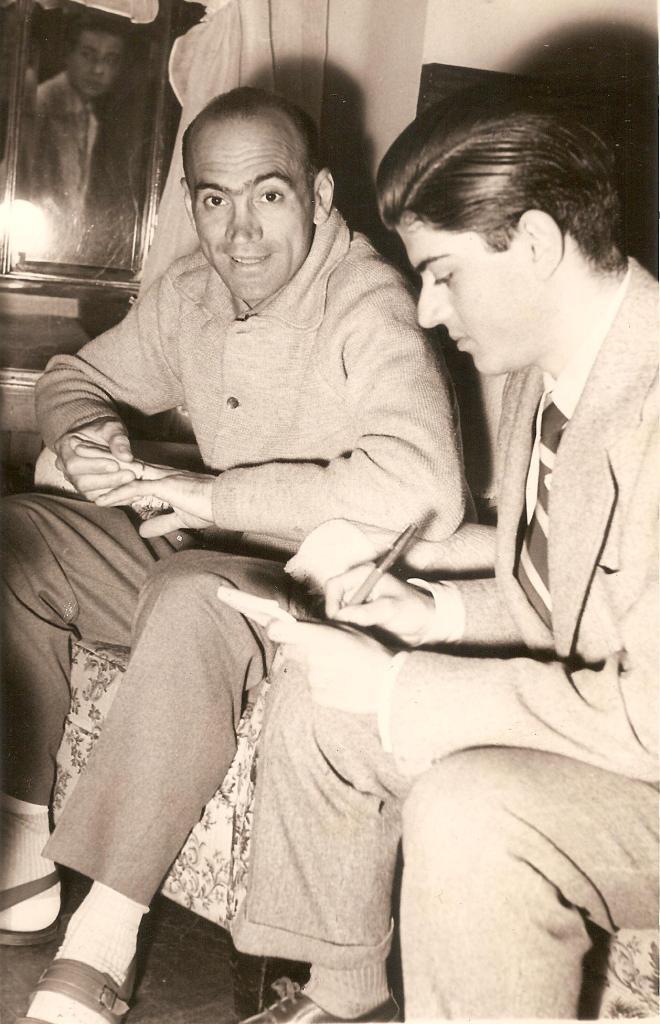 Gerardo Fuster, autor del reportaje, entrevistando a Fiorenzo Magni en la Vuelta a España-1955